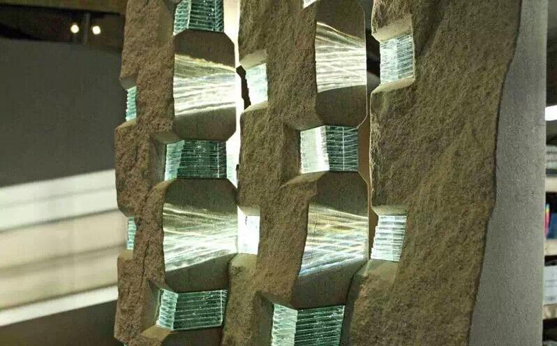 石材與玻璃相結合的抽象雕塑