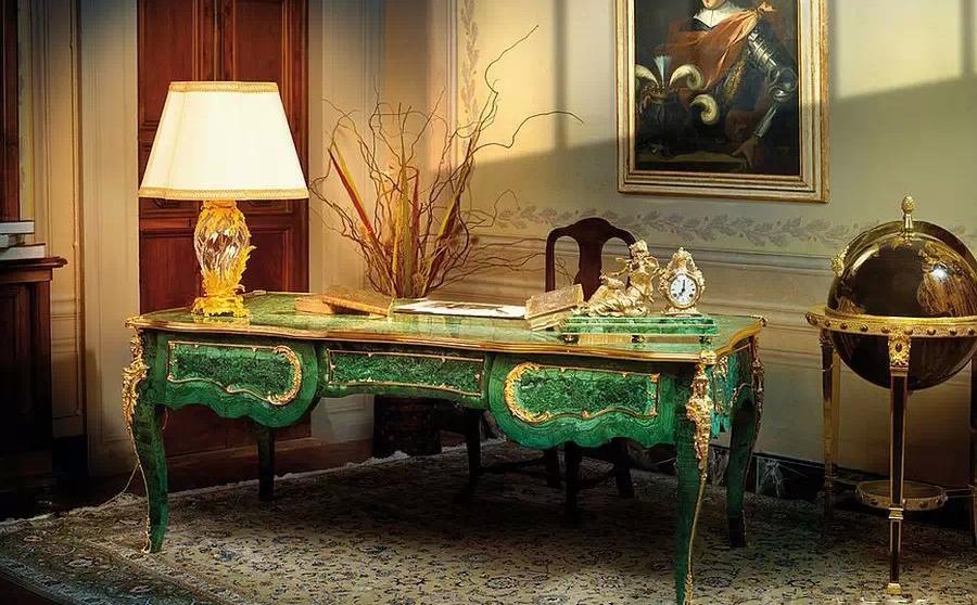 拼接制作而成的复古欧式石桌前
