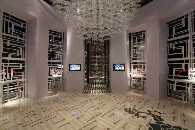 石材在线_大理石镶嵌无限回纹的中国风展厅 大理石拼花并不是设计师用来诠释中国风元素中回纹之美的唯一材质,将展厅牢牢圈起的透明玻璃墙体外爬满的回纹图案选择的是特殊工艺制造的白色塑料,方便切割的材质让回纹在粗细不一的线条中更加丰富、风华绝代。